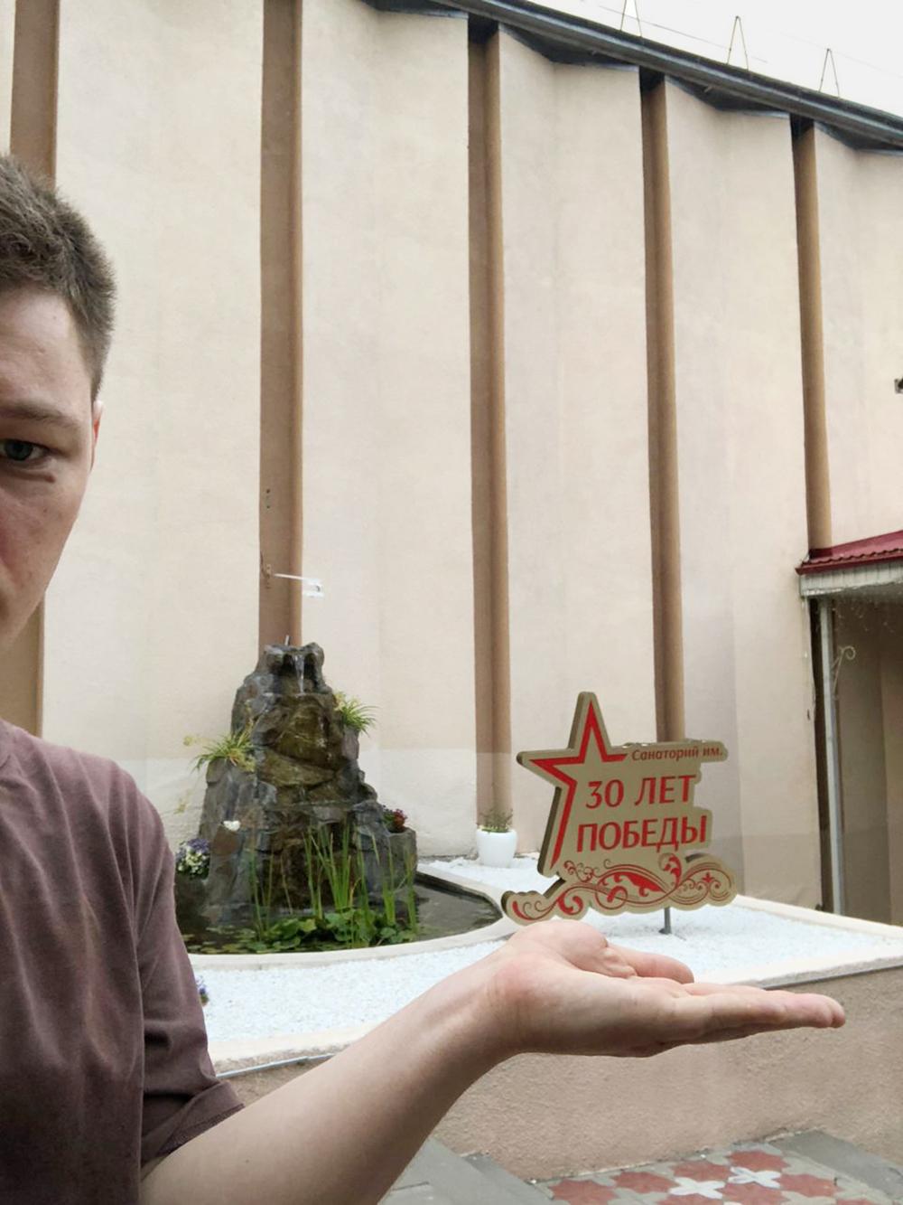 Это я держу логотип санатория в ладошке