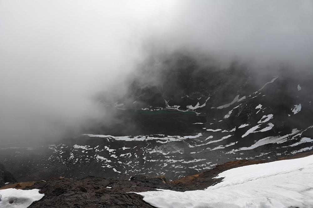 Вид на кальдеру Горелого вулкана. Вокруг молоко — примерно как и все время