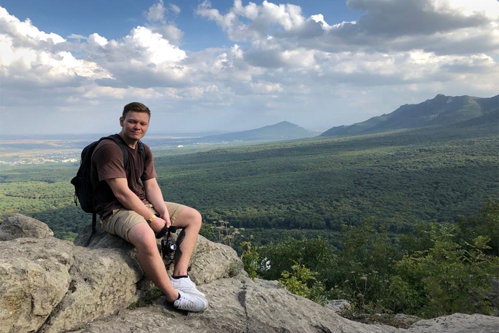 Это я взобрался в гору Железная. Оттуда видно Пятигорск и пятиглавую гору Бештау, в честь которой город и получил свое название
