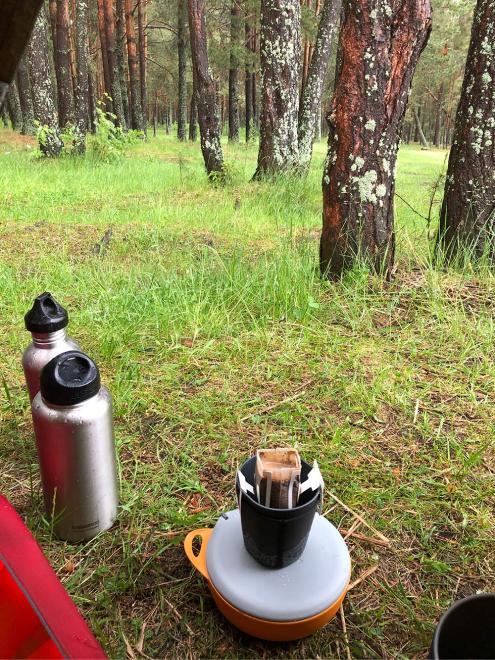 Ни один поход не начинаем, пока не выпьем кофе, это уже традиция. Обычно берем с собой кофемолку и фильтр, но в этот раз решили попробовать дрип-пакеты