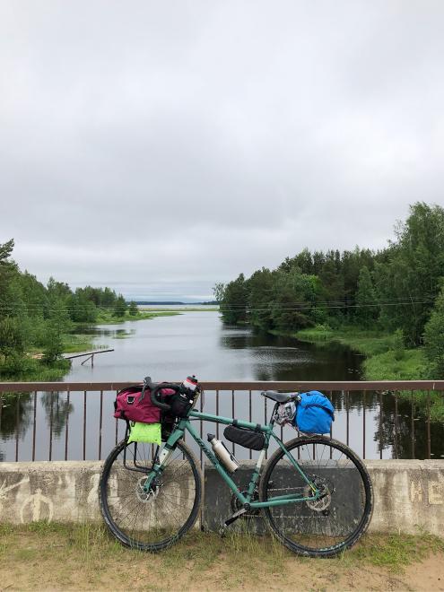 Стиль поездок на велосипеде с вещами, которые равномерно распределены по велосипеду, называется «байкпакинг». В сумки у меня влезают все вещи: спальник, матрас, еда, одежда. Части палатки делим на двоих