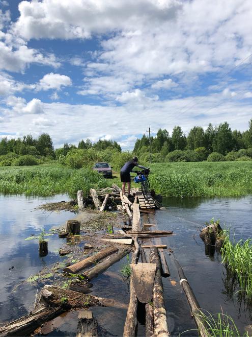 Мостом через реку никто не пользуется, сюда приезжают только рыбаки. Мы вынули часть бревен из воды, чтобы можно было пройти