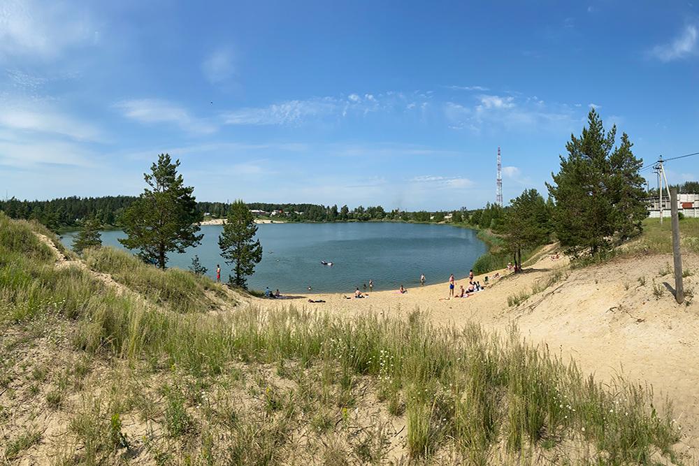 Луховицкие голубые озера. Территория неплохая, но с благоустройством пока туго — стихийная парковка в два ряда вдоль всех ближайших дорог и нет общественных туалетов. Плавать не стал