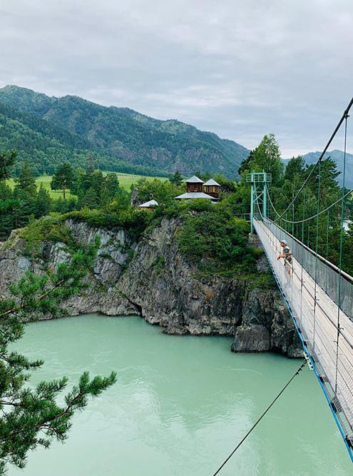 Мост, ведущий к церкви на остров Патмос, напомнил мне швейцарские пейзажи: бирюзовая вода среди зелени