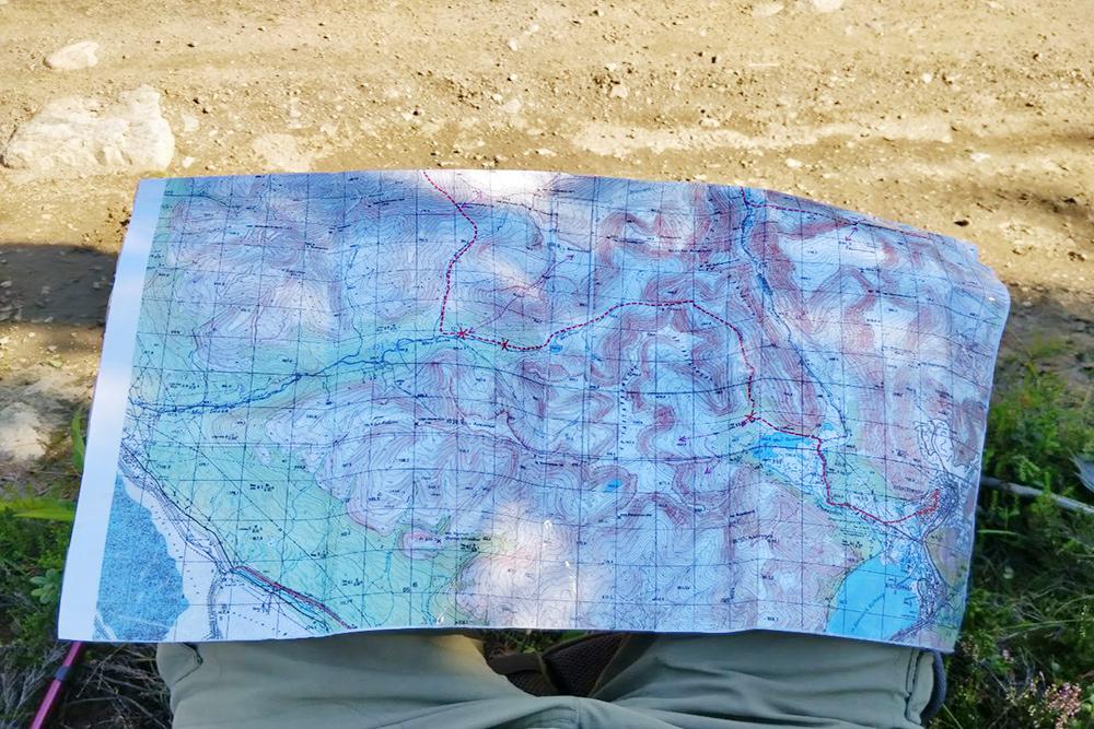 На привале принимаем решение сократить наш маршрут в два раза. Мы не дойдем до базы КСС, а пройдем от Имандры через ущелье Аку-Аку к перевалу Звездочка, заберемся в ущелье Юмъекорр, где снег пахнет арбузами, спустимся и вдоль реки Гольцовки вернемся в Имандру. Карту с маршрутами распечатали с сайта hibiny.pro