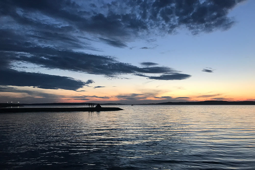 Летом на набережной туристы и местные гуляют круглые сутки