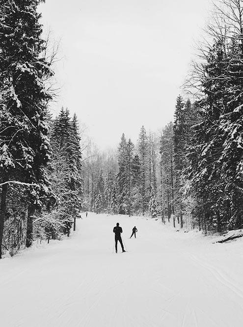 Лыжная трасса «Фонтаны» находится прямо в черте города. В сезон в округе негде поставить машину: катаются все