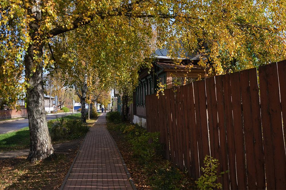 Путь отавтостанции доцерковных ворот лежит понетуристической улице Корнилова состаринными деревянными домами