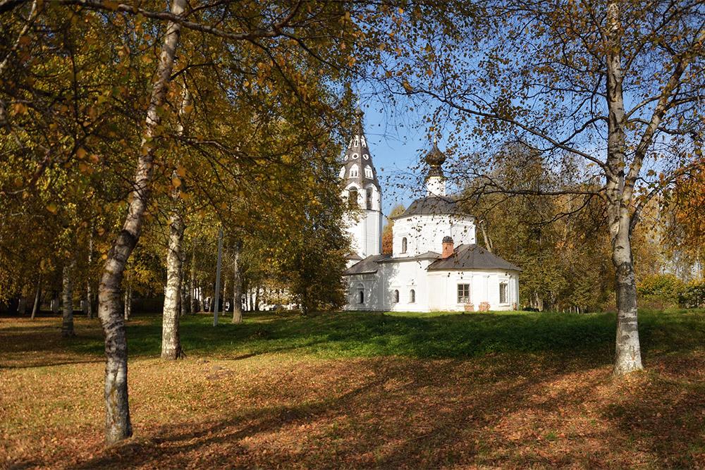 Успенский собор сизящной шатровой колокольней-дудкой стал первым каменным строением Плеса
