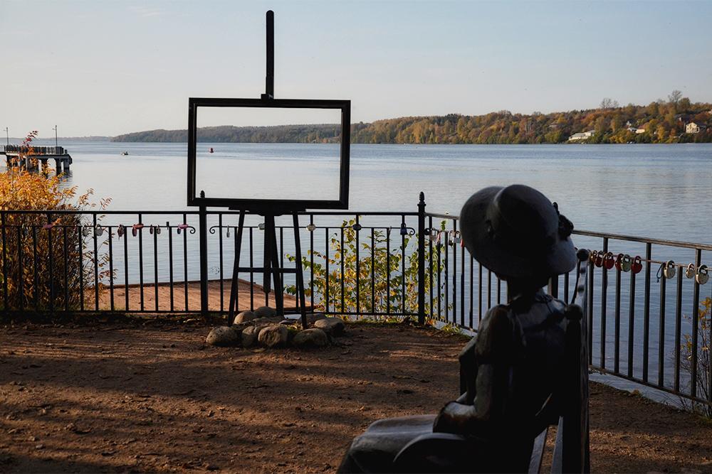 Рядом со скульптурой «Дачница» часто фотографируются туристы