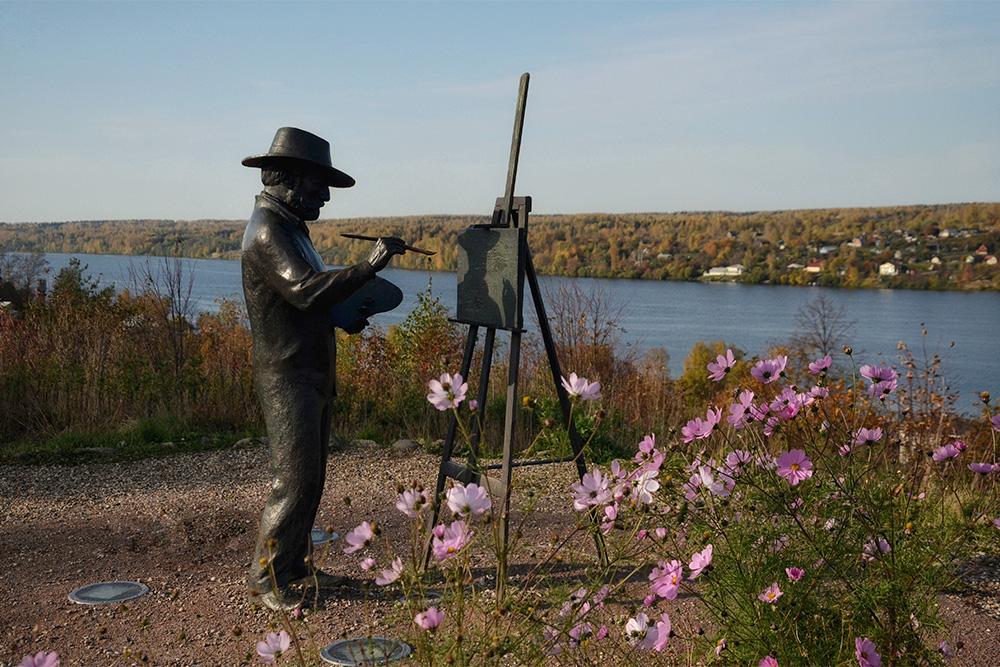 Памятник художнику Исааку Левитану навершине горы