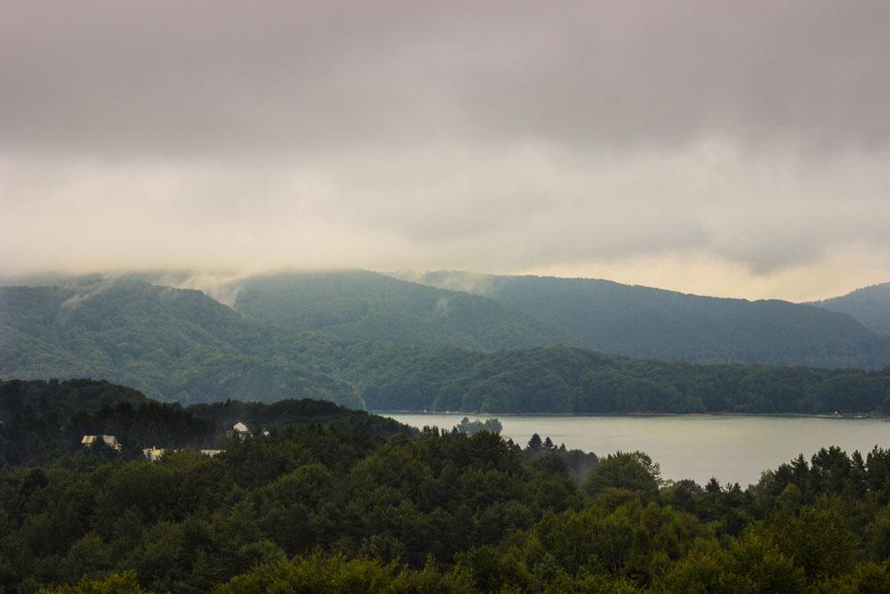 Горное озеро Солина в Бещадах