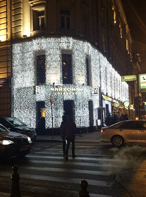 Этот ресторан стал первым из сети «Чайхона №1», который украшала компания Антона. Он располагается в центре города — оказалось, что на работу подъемника, с которого мастера монтируют гирлянды, надо получать разрешение. В распоряжении было всего два дня: на улице стоял тридцатиградусный мороз, а работать пришлось много — гирлянды вешали в два слоя, чтобы светили ярко. Над проектом круглосуточно посменно трудились две бригады