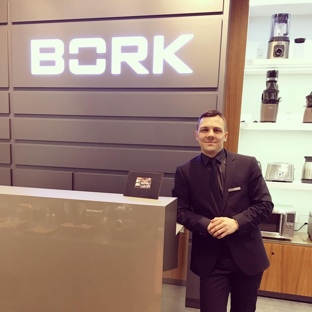 Я на рабочем месте в салоне компании «Борк»