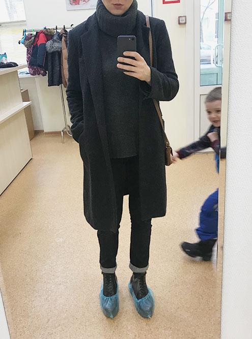 Уже ушила пальто. Фотографируюсь в клинике, поэтому в бахилах. Позади мельтешит болеющий ребенок