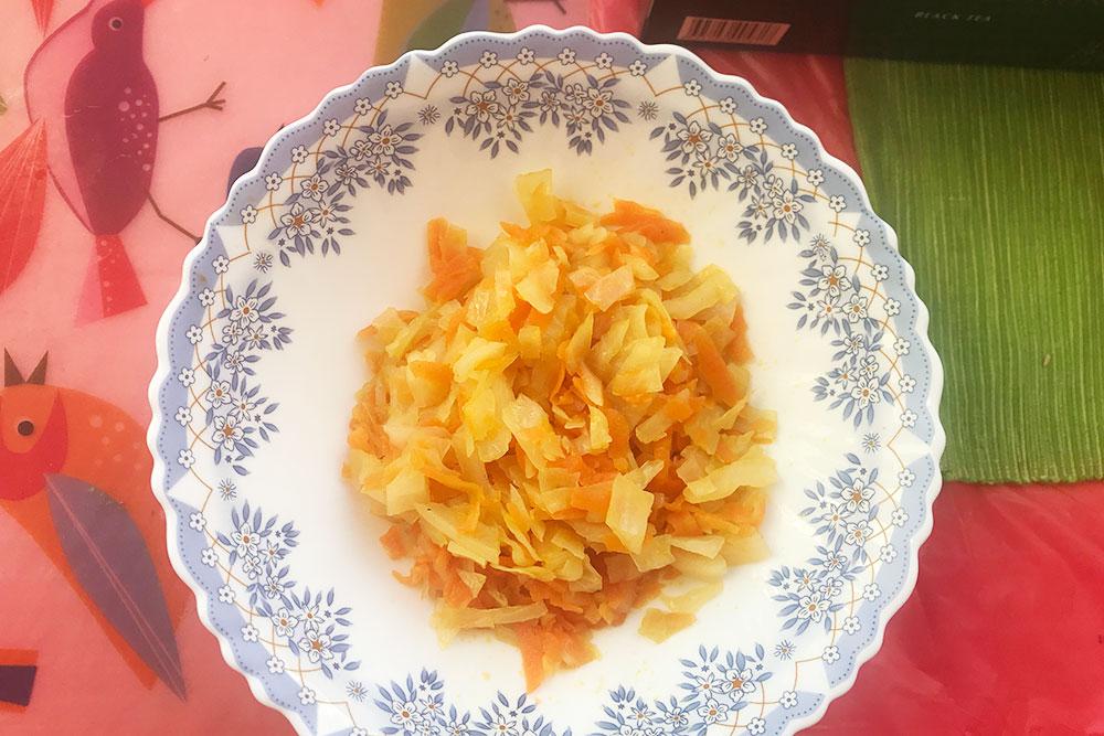 Обед: тушеная капуста иморковь