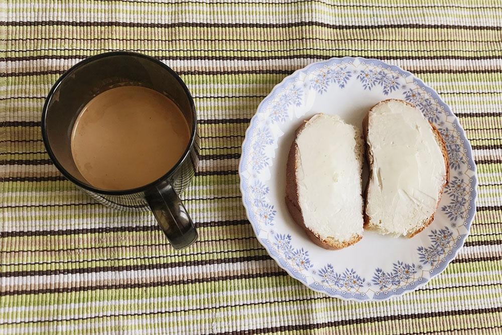 Другой вариант завтрака — хлеб смаслом иобязательно кофе смолоком. Или просто кофе, безбутербродов ияиц
