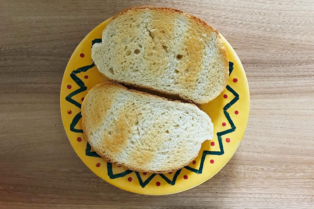 Перекус: запеченный хлеб, натертый чесноком