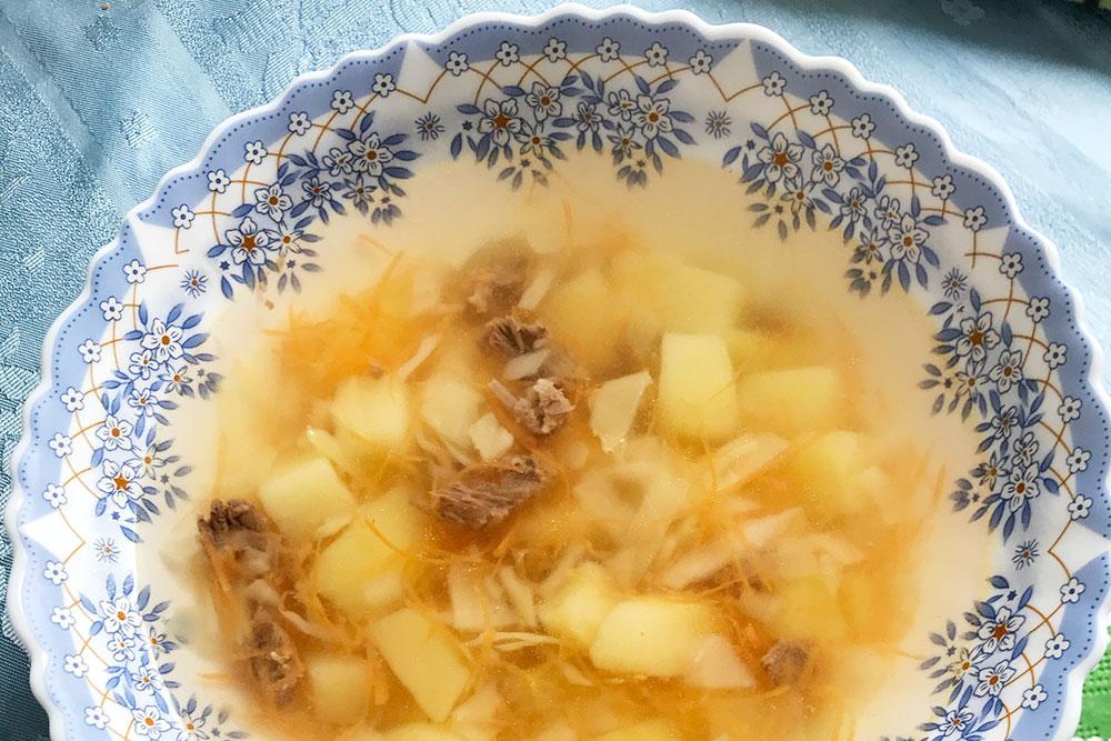 Смотреть на тонны картофеля сквозь прозрачный бульон грустно, а есть — не сытно