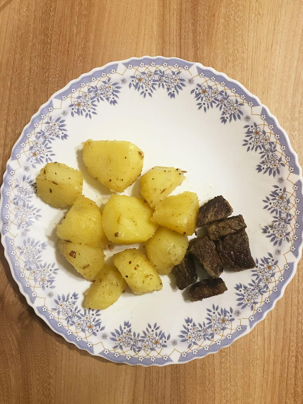 «Картофель сжареным мясом» вмоем случае выглядит так. Это вечернее блюдо, которое казалось очень сытным — покрайней мере, янемаялась отголода перед сном
