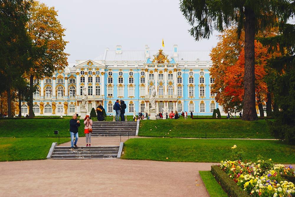 Раньше у дворца всегда стояла длинная очередь, но осенью 2020года из-за коронавирусных ограничений свободно
