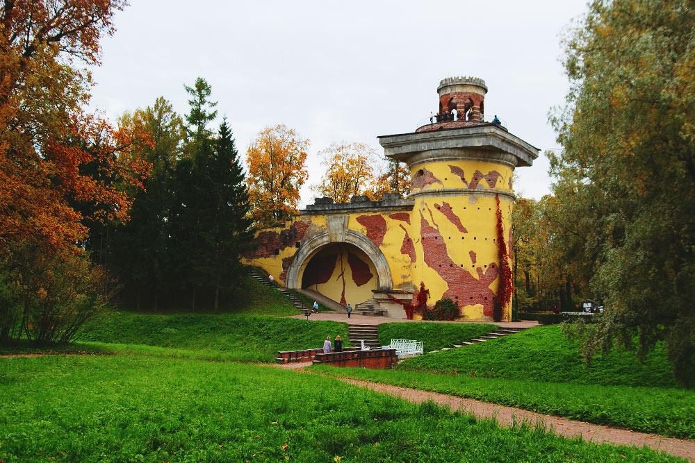 Дореставрации Башня-руина насамом деле была руиной: штукатурки небыло, аубеседки наверху нехватало половины стены