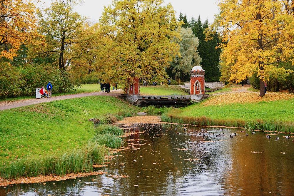 Напути кБашне-руине видишь красные башенки наберегу пруда. Они называются Красный каскад. Его любят дети, потомучто можно забраться внутрь башенок