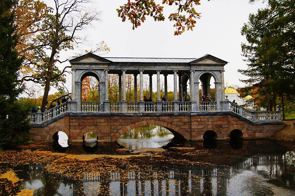 Рядом с баней есть Мраморный мост. Это копия моста из английского поместья Уилтон-хаус. У него декоративная функция: параллельно проходит дорожка, с которой его удобно рассматривать. Мраморный мост прекрасно выглядит и зимой, и летом, но лучше всего — осенью