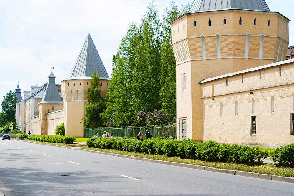 Еще в Пушкине есть Покровский городок. Он не так известен, как Федоровский. На большей его части расположена Академия им.Можайского, а со стороны Саперной улицы можно посмотреть на фасад, напоминающий русскую крепость. Когда-то это были казармы, а теперь — жилой многоквартирный дом