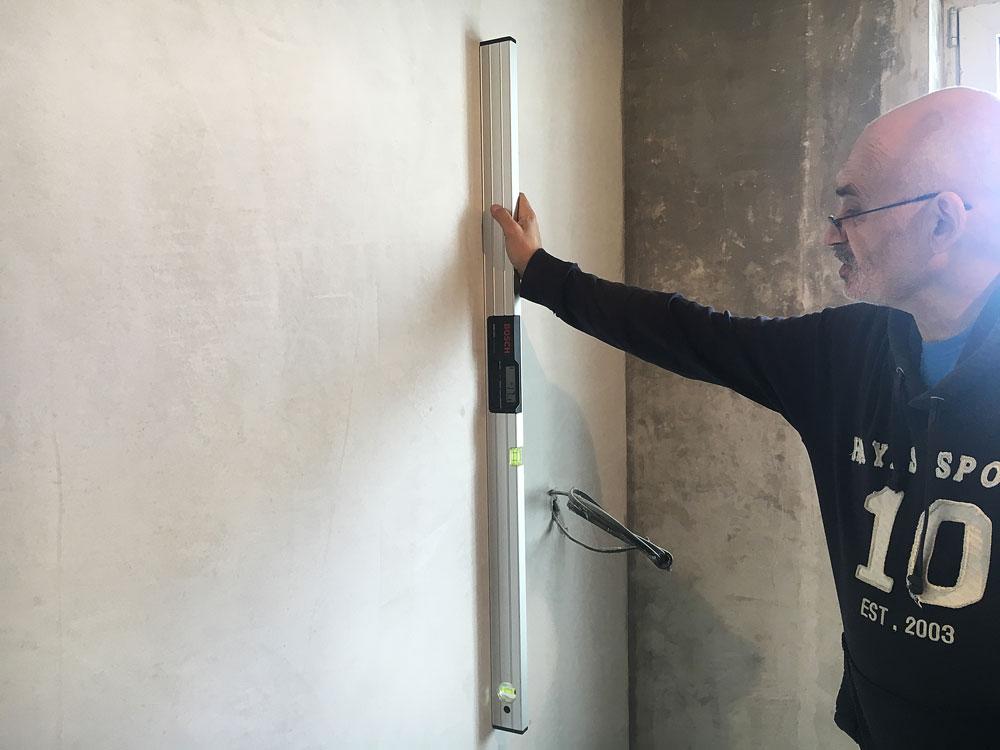 Инженер проверил выравнивание стен