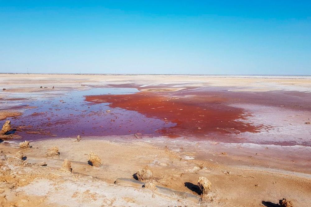 В некоторых местах соль смешивается скрасной глиной, ипейзаж выглядит совсем марсианским