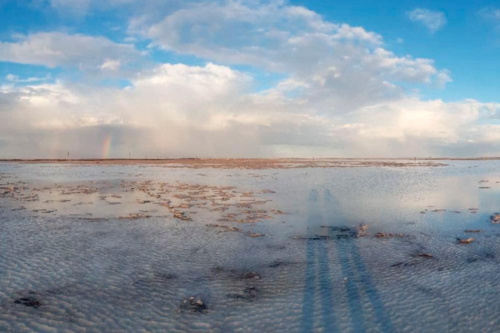 Временами вода наозере сливается снебом, иходишь какбудто позеркалу