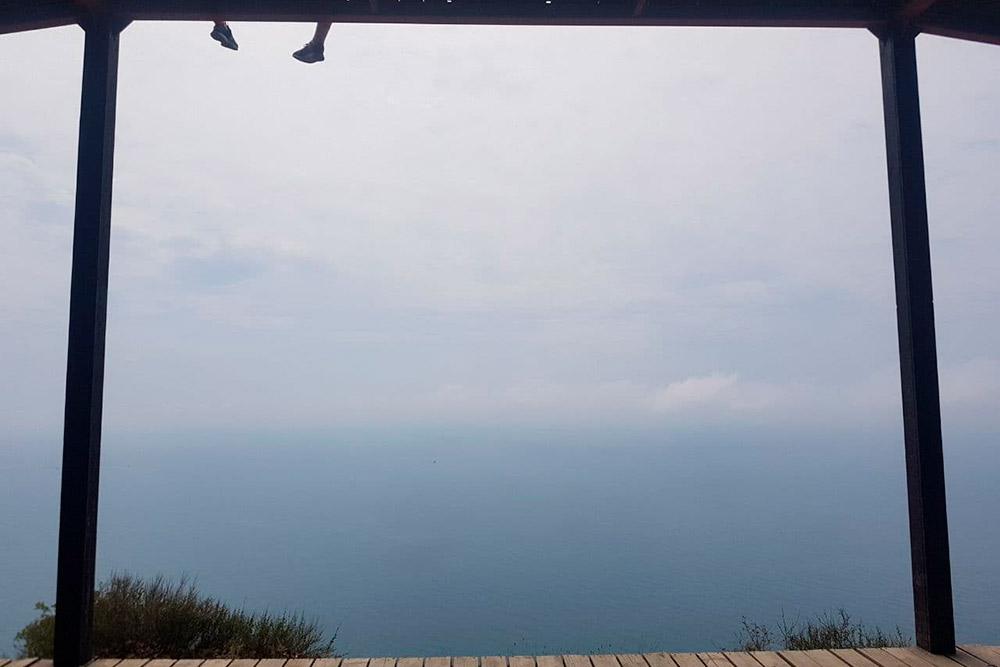 В Абрау-Дюрсо мы часто ходили в Домик йоги — беседку надморским обрывом. Там потрясающий вид на море с высоты 100метров