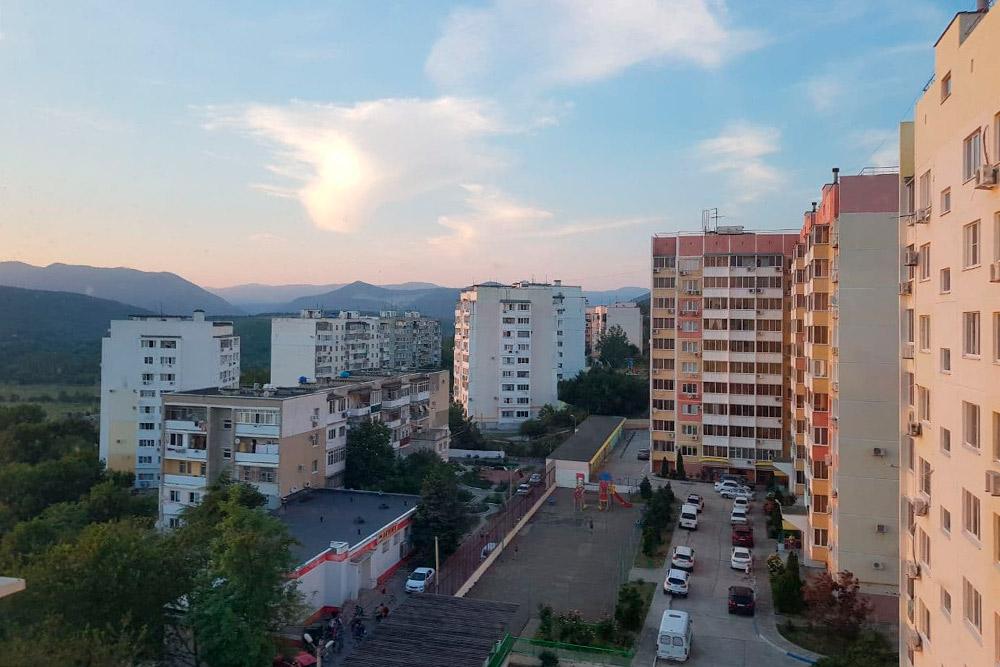 Дивноморское — маленький поселок, но многоэтажки тут — как на городской окраине