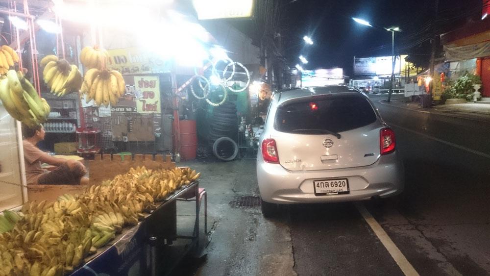 Ну и что, что место неудобное для парковки. Строгого запрета нет, а мы хотим бананов!