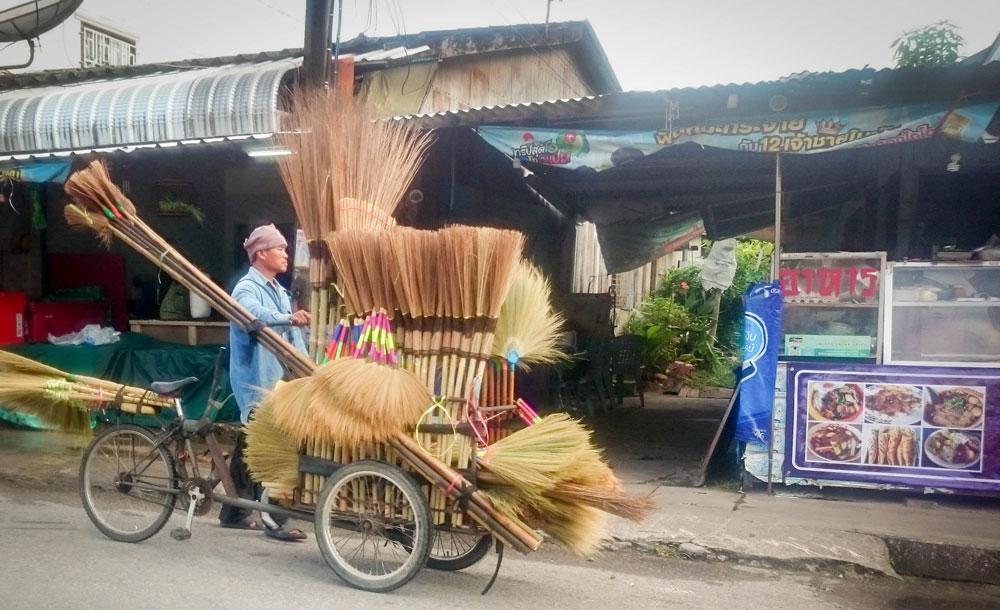 Местный торговец привез товар на рынок на велосипеде. Таких велосипедов на дороге много