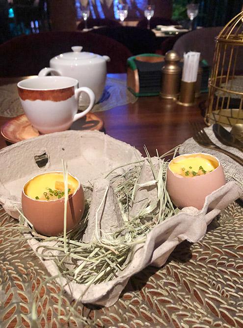 Это необычное блюдо — японский омлет чаван-муши сморским ежом, помещенный вяичную скорлупу. Мне очень понравилась подача