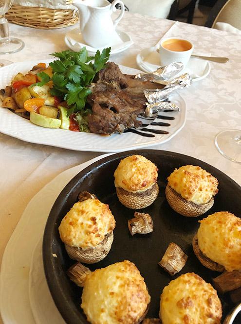 А это грибные шапочки под сыром и каре ягненка с овощами. Грибные шапочки мне очень понравились, а вот каре было жестковатым, несмотря на то что его делали на гриле. Официантка утверждала, что так будет мягче. Зато с каре подали идеально приготовленные овощи и вкусный соус к мясу