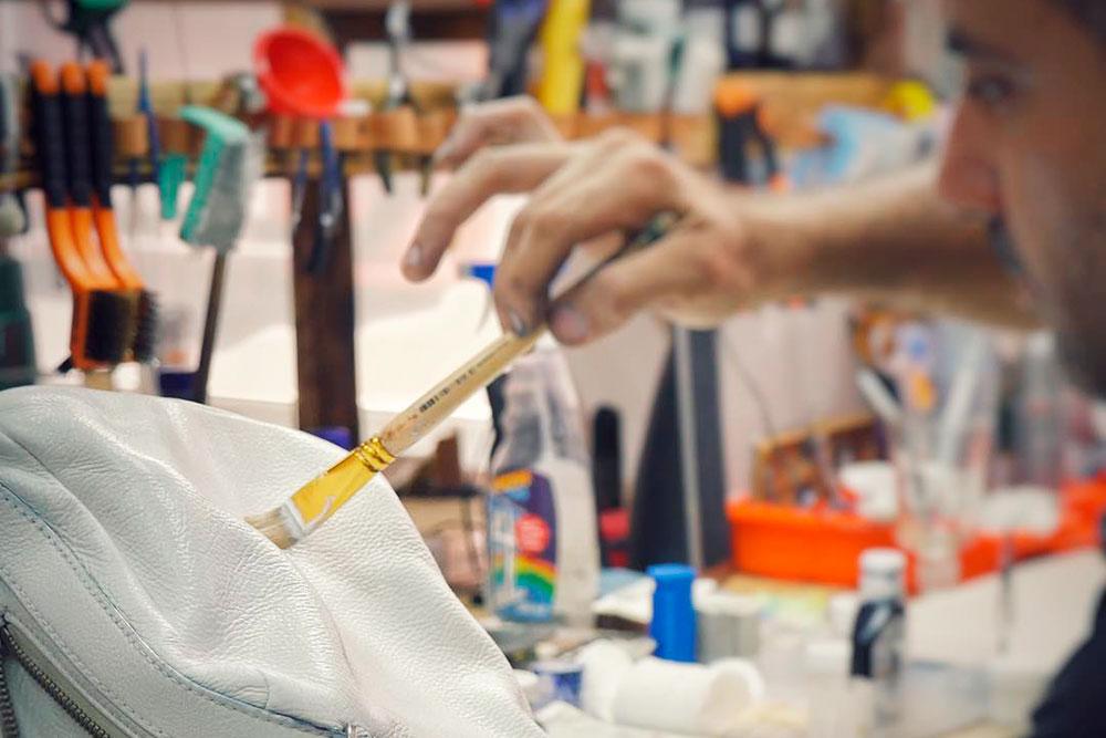 Белый цвет держится на коже хуже остальных цветов — черного или темно-коричневого. Поэтому белую сумку Левон советует покупать длявыхода и носить ее редко. Дляповседневного использования лучше брать сумки темных оттенков — на них краска держится дольше