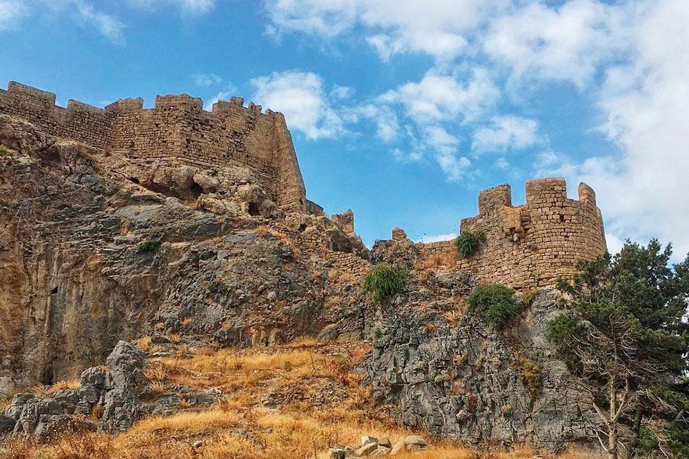 Крепость города Линдос стоит на вершине горы. Подняться можно пешком или на ослике за 8€. Вход в крепость в 2019году стоил 12€. Идти лучше рано утром или ближе к вечеру, чтобы не сгореть в такую жару