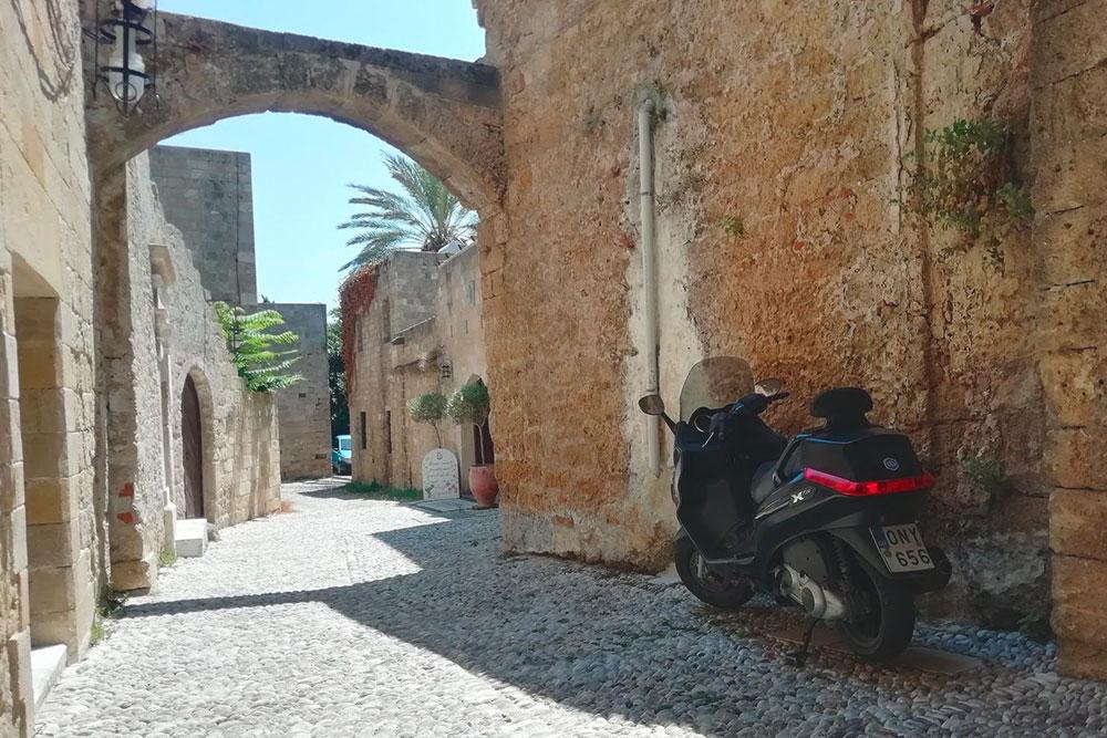 На скутере удобно передвигаться по узким городским улицам и осматривать достопримечательности