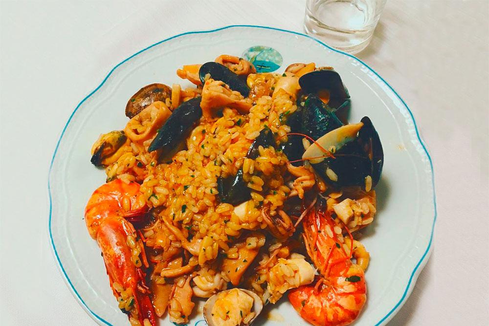 Почти в каждом кафе подают ризотто «алло скольо» с кальмарами, креветками, мидиями и петрушкой. Стоит 17€
