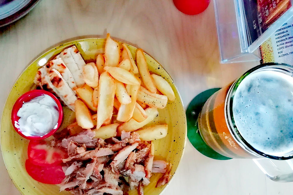 Гирос подают в двух видах на выбор: заворачивают в лепешку или красиво раскладывают на тарелке всю начинку, чтобы есть вилкой. Цена одинаковая: 3—6€
