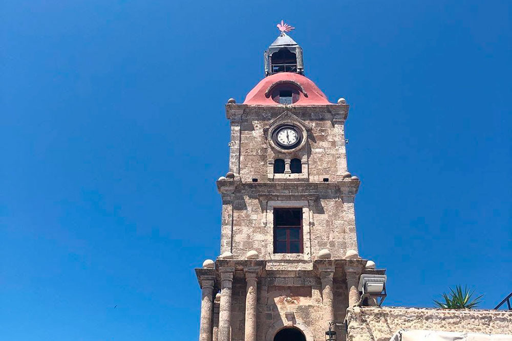 Часовая башня — самая высокая точка в древнем городе. Отсюда открывается красивый вид на окрестности. Вход — 5€ с человека, в стоимость включен напиток в местном кафе