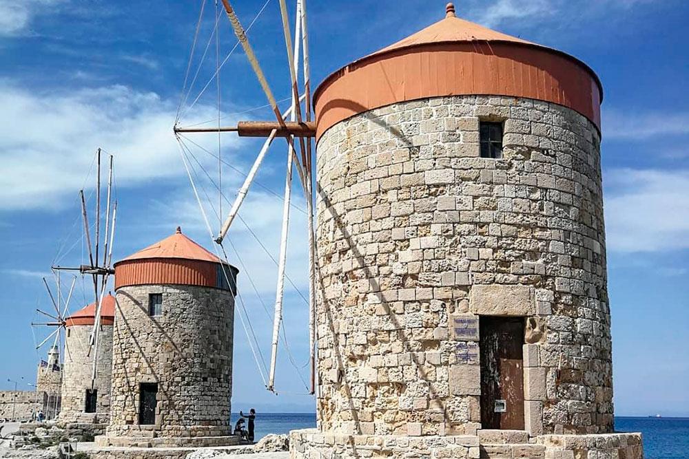 Ветряные мельницы находятся в порту Родоса. В 14 веке они перемалывали зерно с торговых судов. Теперь это офисные помещения. Здесь находится штаб Гидрографической службы греческой армии, музей и туристические агентства