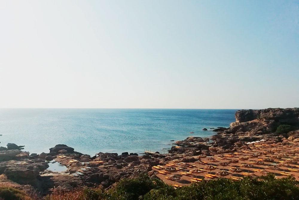 Со всех сторон «Оазис» окружен скалами, потому там нет ветра, а температура воды доходит до +29°C