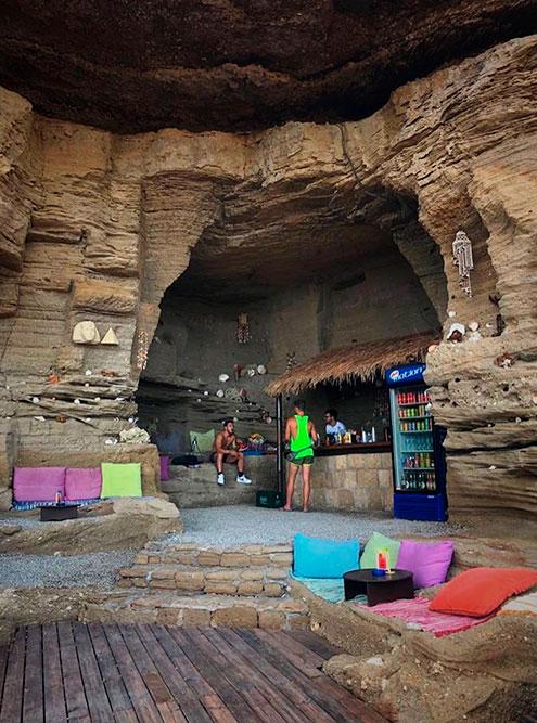 Предприимчивые греки открыли в пещерах бар. Бутылка пива — 4€