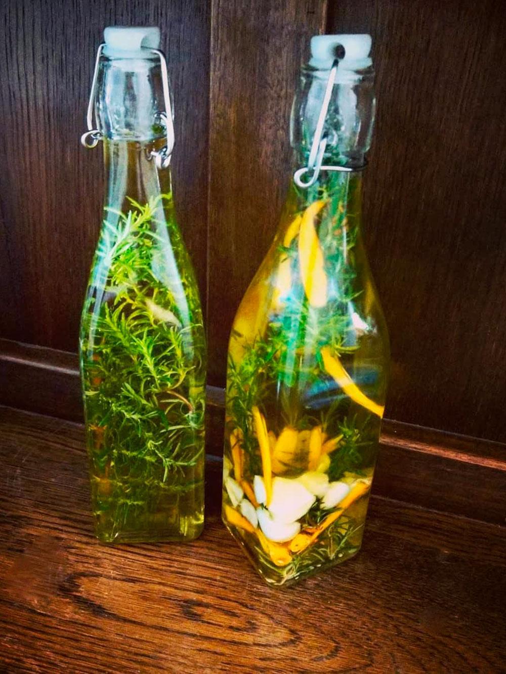 Для пряности греки добавляют в масло травы, перец чили и чеснок