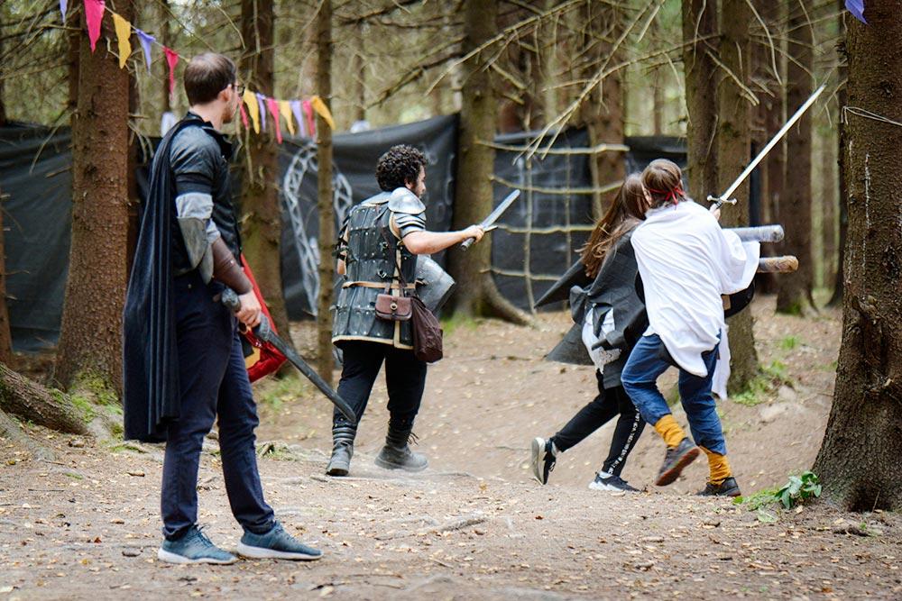 Ролевку по компьютерной игре «Скайрим» проводили в лесу. Чтобы создать помещения внутри леса, натягивали тенты и крепили нетканый материал