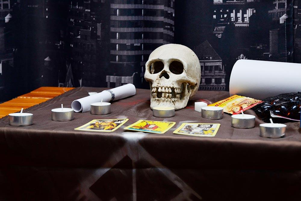 Пока шла игра прозамок, коттедж мастера был уставлен черепами, свечами, свитками икартами таро